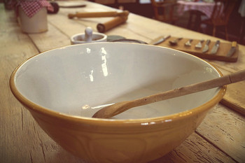 粉類をぜんぶボウルに入れて、オリーブオイルとぬるま湯を加えながら、混ぜ合わせていきます。
