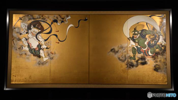 【俵屋宗達筆・国宝『風神雷神図屏風』(画像は「建仁寺」のレプリカ。本物は「京都国立博物館」内に寄託されています。)】