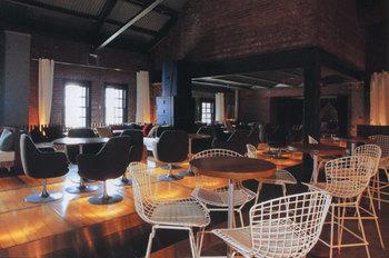 店内も大人なカフェの雰囲気を持ち、広々とした空間になっています。