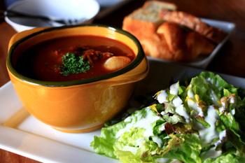 ランチはパンの食べ放題とドリンクがセットになります。 ボリュームたっぷりのカラダに優しいお昼ご飯です。
