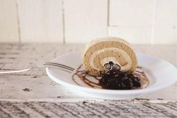 黒糖ロールケーキには黒豆が添えられていて、やさしい味わいです。