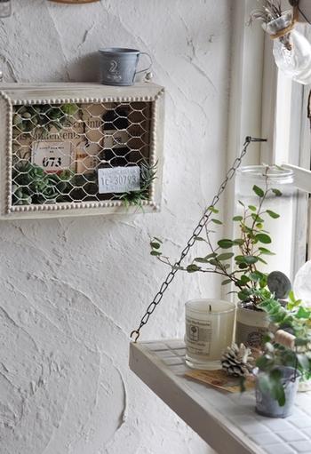 《メッシュフレーム》で蓋をして、壁に飾ったら完成です。アンティークな雰囲気のあるフレームは、お部屋のワンポイントになりますね。