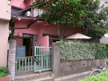 横浜駅からバスに乗って「浅間町車庫前」というバス停から歩いて数分のところにあるMidsummer Cafe 夏至茶屋。
