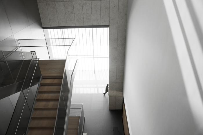"""「平成知新館」の設計は、世界的建築家・谷口吉生氏。 谷口氏は、「東京国立博物館法隆寺宝物館」や「香川県立東山魁夷せとうち美術館」、「ニューヨーク近代美術館」等の設計で知られる""""美術館の名手""""。日本建築学会賞作品賞や吉田五十八賞など多くの受賞歴をもつ現代の名建築家です。"""