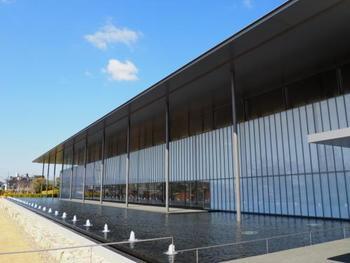 """谷口建築の特徴である、建物に水盤を配した空間構成は、周辺の環境と良く馴染み、実に見事。また茶室や寺院建築を思わせる、""""和""""を感じさせる建築造形も魅力的です。"""