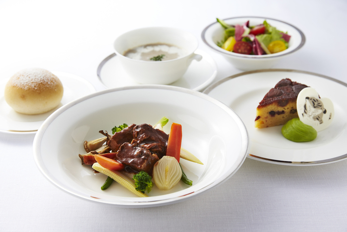 料理は、本格的なものから、軽食まで様々。 ゆったり過ごすランチなら、スープorグリーンサラダ、メイン、パン、デザート、ドリンクがセットになった「ザ・ミューゼスランチ」がお勧め。他にもパスタorパニーニの「ランチセット」や「どんぶりランチ」等もあり、ビーフシチューといったアラカルト料理も豊富です。