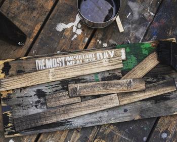 ワックスを塗って古材風塗装~好きなフレーズのステンシルを施して行きます。そして、それぞれをメインの背面の木に、木工用ボンドで順番に接着します。