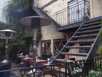 白金台は東京都港区にあります。 かつてはごく普通の一般人が住んでいた街なのですが、バブル景気によりオシャレなブティックやレストラン、カフェなどが点在するようになりそれに伴い高級マンションも建築されるようになりました。