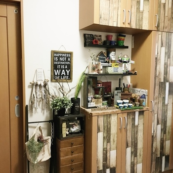 こちらもセリアの《リメイクシート》を下駄箱に貼って、ヴィンテージ風な木目調の家具にリメイクされています。とてもおしゃれで素敵なアイディアですね。