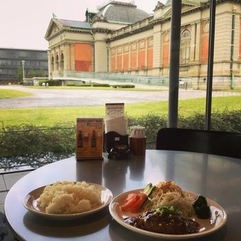 """苦味や渋みが少なくコクとキレが効いた""""ダッチコーヒー""""が「からふね屋」の名物です。京都国立博物館店は、入口傍。博物館と中庭が見渡せる絶好のロケーションです。 【画像はランチセットの「和風ハンバーグセット」】"""