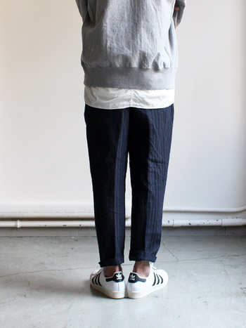 夏に爽やかなリネンウールパンツはクロップド丈が合わせやすい。カジュアルスタイルにも、ジャケットを羽織ってドレススタイルにも◎