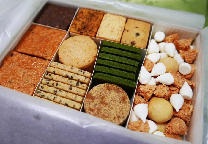 京博本館をデザインしたパッケージに詰め合わされているのは、『丸久小山園』の抹茶や『七味家本舗』の七味等、京都ならではの食材を使ったクッキー12種類。食感と香りが抜群と評判です。  代金の一部(5%)は、京博の文化財保護基金に寄付されています。