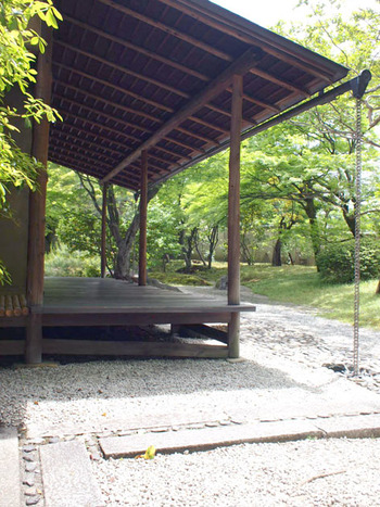 「明治古都館」の裏手にある「堪庵」は、茶会等の利用に一般開放されている茶室です。 緑に囲まれたこの茶室は、江戸初期の京都公家文化の伝統を受け継いだ数寄屋造りの建物。南禅寺の湯豆腐の老舗「順正」の創業者で茶人、数奇者の、上田堪一郎(うえだたんいちろう)氏から寄贈されたものです。