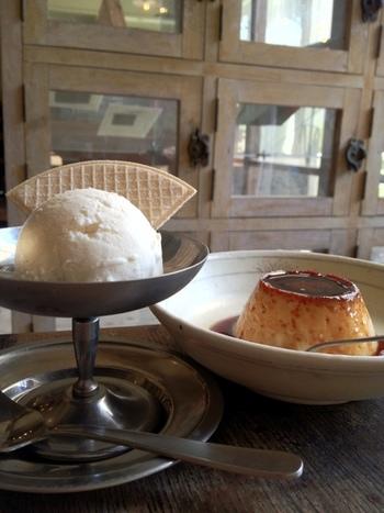 「自家製プリン」は固めのぷるんとした食感。「メープルアイスクリーム」は濃厚な美味しさです。誰もが子供の頃を思い出す、素朴な味わいです。