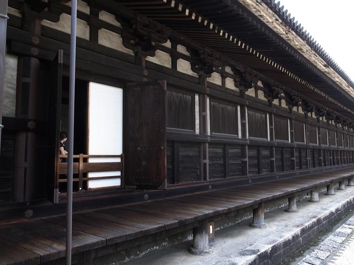【本堂の東正面は、板塀(内側は障子)、西側と南北の側面は板塀と蓮子窓がめぐっています。画像は、東正面側。】