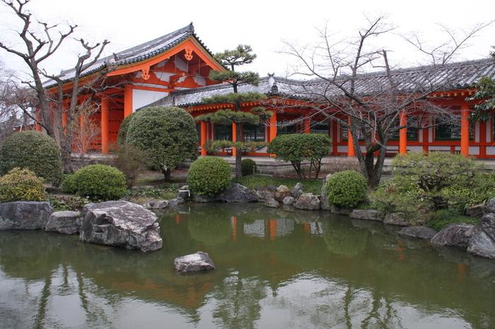 東大門の傍らにある「池泉庭園」は、、昭和36(1961)年に、京都の有名造園家・中根金作によって、鎌倉期の作庭法に倣い築庭されたもの。
