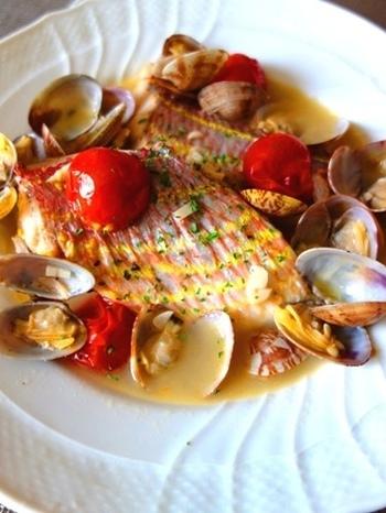 魚介類とトマトを煮込んだイタリア料理、アクアパッツァ。イタリア料理店だと魚丸ごと一匹を使ったものが出てきますが、切り身でつくることもできるんです。見た目も華やかなので、おもてなし料理にも。