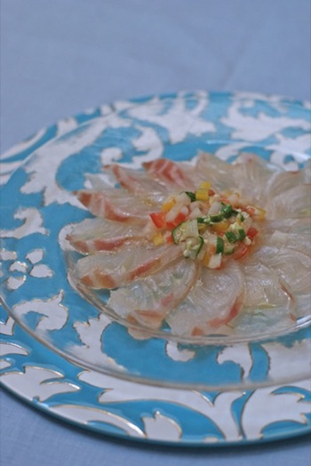 薄く切ったお肉や生の魚にオリーブオイルやソースをかけていただくカルパッチョも、もちろんお刺身でつくれます。和風のアレンジも覚えておくと、おもてなしのときにも役に立ちそうです。