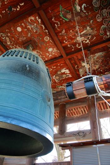 """「方向寺」で有名なのは、大坂の陣の引き金となった高さ4.2mの『国家安康』の梵鐘です。  この梵鐘は、秀頼が大仏を再興した後に鋳造したものですが、梵鐘に刻んだ銘文の""""国家安康・君臣豊楽""""を、徳川氏側が曲解したことから、豊臣家滅亡となる「大阪の陣」が生じました。歴史的な鐘が、ここ方広寺に今も架けられています。"""