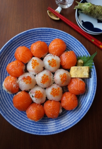 見た目がかわいらしい手まり寿司ですが、酢飯を丸く形づくってそこにお刺身をのせるだけという簡単さ。おもてなしのレパートリーにぜひ加えておきたいです。