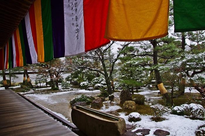 講堂から望む庭園は、紅葉の季節は勿論、雪化粧をした姿もまた趣があって、素敵です。 【智積院・講堂】
