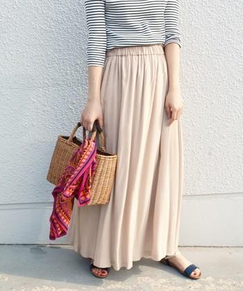 しなやかなラインが女性らしい『マキシスカート』は、動きやすいだけでなく、足を出さずに気軽に着られるのが魅力です。