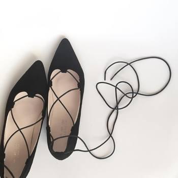 形も、足の甲が見えるバレエシューズや、画像のようなレースアップシューズ、そしてマニッシュなビットローファーや、ドレスシューズなど種類も豊富です。