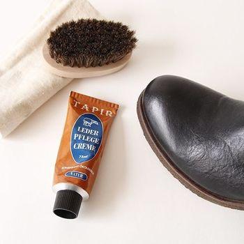 表革は、専用のクリームなどを使ってお手入れします。また光沢が特徴的なエナメルのシューズは、汚れた場合乾いた布なので傷をつけないように優しくふいてお手入れしてあげることが大切です。 続きまして、黒い靴のおしゃれなコーディネートをご紹介したいと思います。