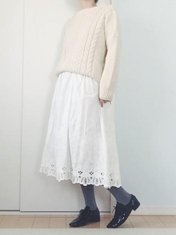 編上げタイプのドレスシューズも持っていると便利なアイテム。レースアイテムも、このシューズを合わせることでピリッと辛口にコーディネートを仕上げることが出来ます。