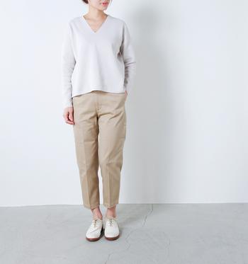 ベージュのパンツ×白トップス。 ゆったりした時間を過ごせそうなコーデも、センタープレスのパンツなら上品な仕上がりに。