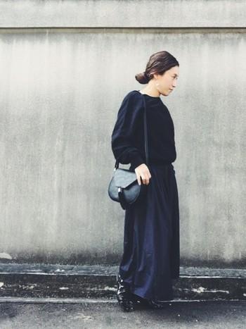 ブラックと濃紺の大人なコーディネート。足元にエナメルのドレスシューズを合わせることで、とってもマニッシュで素敵に仕上がります。