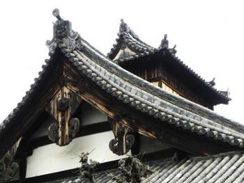"""こちらは、庫裏の天窓と鬼瓦。 「妙法院」の""""庫裏""""は、文禄4(1595)年頃、秀吉が造営したもので、秀吉が先祖供養を行った時に台所として使われたと伝わります。本瓦葺入母屋造のこの豪壮な建物は、国宝に指定されています。"""