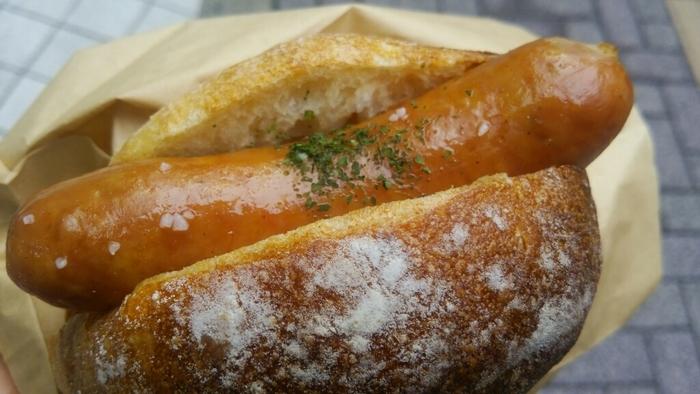 ぷりぷりのソーセージがはさまったオパンドッグやサンドイッチなども充実しています。