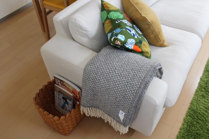 大きめのものは、ベッドやソファ横に置いて、雑誌を入れたりブランケットの置き場所にしたり。