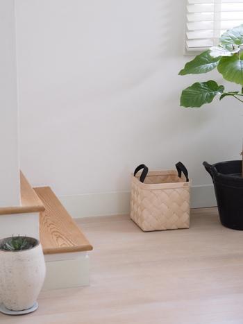 玄関では、ストールや帽子などお出掛けアイテムの一時保管や、スリッパの定位置としても活躍します。