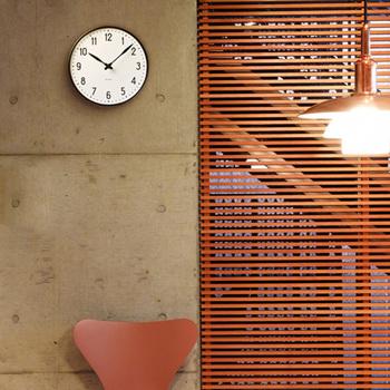 アルネ・ヤコブセンは、現在の北欧デザインの原型を作り上げたとも言われる人物。その彼が、駅のためにデザインした時計です。誰が見てもすぐに時間が判る視認性の高さと、研ぎ澄まされた文字盤の美しさは圧巻です。