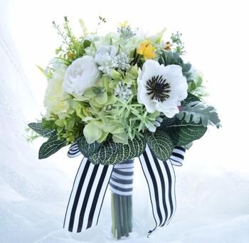 多肉植物にバラやマーガレットなどのお花を合わせたナチュラルブーケ。ガーデンウエディングなどにおすすめです。