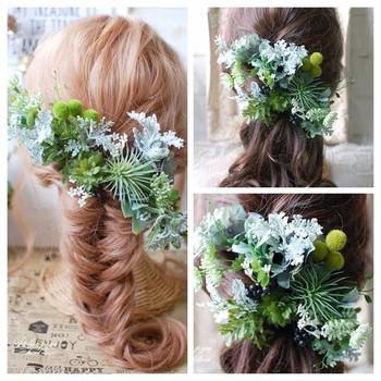 多種類のグリーンに多肉植物を組み合わせたボタニカルな髪飾りは、ナチュラル志向の花嫁さんにおすすめです。