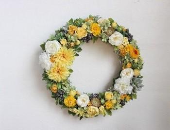こちらは、ダリアやバラなどの美しい花を中心に、多肉植物や黒い実をアクセント的にきかせたウエディングリース。とても華やかですね。