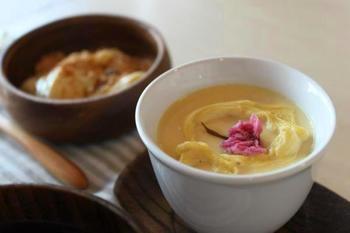 フライパンで作るシンプルな豆乳の茶碗蒸しです。桜の塩漬けをのせて、ちょっとしたおもてなしにも◎