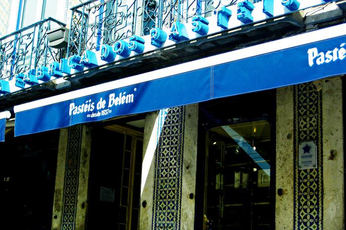 ポルトガルの首都・リスボンのベレンにあるジェロニモス修道院の修道女たちにより、18世紀以前に発明されたといわれるエッグタルトの起源となる伝統菓子「パステル・デ・ナタ(Pastel de Nata)」。