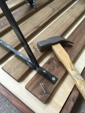 はじめにベニヤ板に収まるよう、端材を切ってヤスリをかけます。次にバランスを見ながら水性ステインで好きな色にペイントして、木工用ボンドでベニヤ板に貼っていきます。外側に枠を作ったら、画像のようにテーブルの裏から釘でしっかり固定しましょう。仕上げに屋外用のニスを塗ったら完成です!天板の大きさは、足のバランスを見ながら調整してくださいね☆