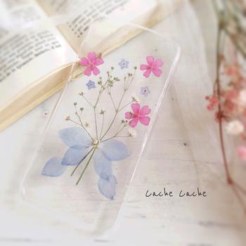かすみ草をあしらった、可憐なスマホケースです。透明なケースにより、淡い色合いと花びら質感がとても綺麗。目にする度に幸せになれそうですね。