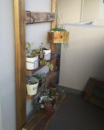 壁や天井に穴を空けずに棚を設置できる「ディアウォール」。最近では、ベランダのプチリフォームでも人気のアイテムです。そんなディアウォールを活用した素敵なDIYをご紹介します☆材料はそれぞれ用意してももちろんOKですが、DIYREPiのオンラインストアで購入可能なセットも便利ですよ(ディアウォール・ワックス塗装済みの木材・木製調節用板がセットになっています)♪ 【用意するもの】 ・(長さ2440㎜以内カット無料)BRIWAX塗装済み2×4材×ディアウォールセット ・匠の塗料 彩速シリーズ ・2×4材 ・電動ドライバー