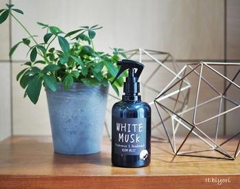 アルコール類はプラスチックを溶かすことがあります。プラスチックのスプレーボトルを使うときは、アルコール濃度を下げるようにしましょう。  肌が敏感な人や気になる人は遮光瓶を使うのがオススメです。