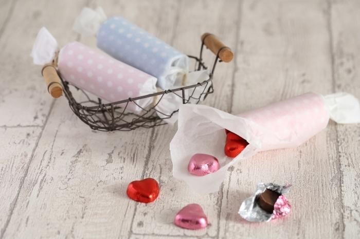 小さなお菓子をまとめてラッピングしたい時にも、キャンディ包みは優秀なんです。 まとめてクルッと包むだけでサマになるのが嬉しいところ。 きれいに形を作りたい時は、キッチンペーパーなどの筒をお好みの長さにカットし、包装紙で包めばパーフェクトな仕上がりに。