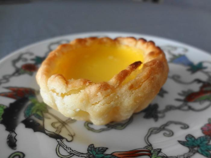 小さなパイ生地に卵黄をたっぷり使ったプリンのようなカスタードクリームを流し込んで焼いた小さなパイ「エッグタルト」。
