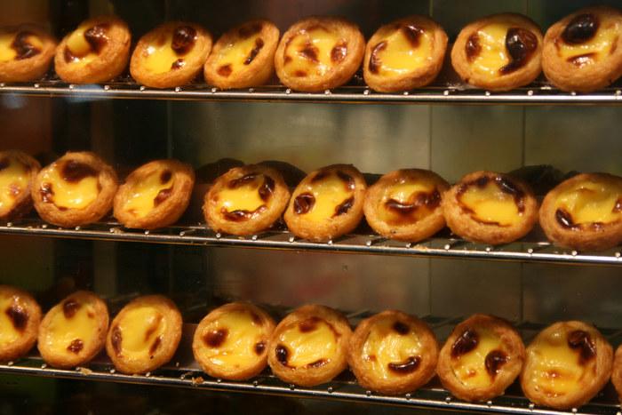 これが評判となり、マカオ中のパン屋さんやレストランなどもエッグタルトを作るようになり、今ではマカオ料理の代表的な菓子として定着するようになったそうです。