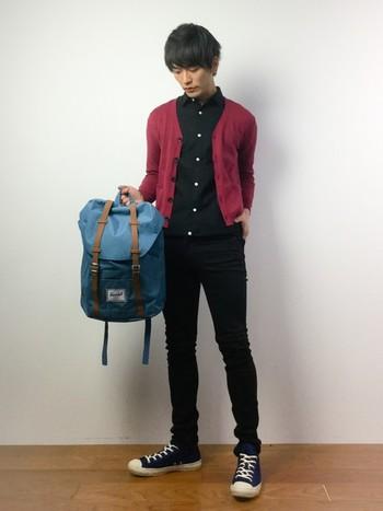 クラシカルなデザインのバックパックは、男性にもしっくりとなじみます。落ち着いたブルーで上品な印象です。