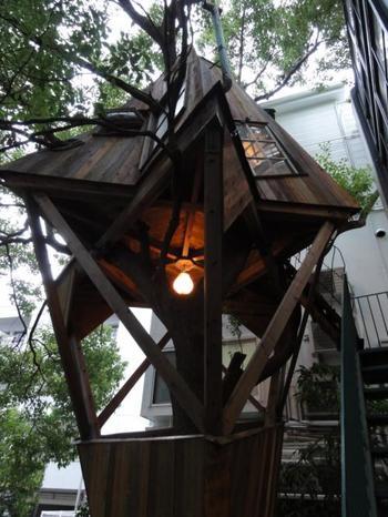 東京・白金台の「アダム エ ロペ ビオトープ」の中庭にあるツリーハウス。中を探検することができます。